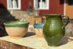 Vacker handgjord keramik i olika kulörer och glasyr.