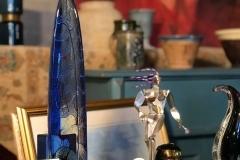 Massiv, djupt blåfärgad glasskulptur av Bertil Vallien. Höjd: 44 cm.