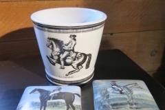 Exklusivt porslin från Simply Scandinavia. Kruka samt askar med hästmotiv.