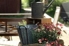 Zinkföremål till trädgården. Vattenkanna, olivhink, kärl och trådkorg.