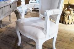 Vacker ljus karmstol med snidad dekor.