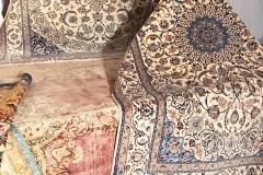 Antik Kerman, ca 390x297 cm (längst ner) med bottenfärg i gammelrosa. Signerad Nain till höger.