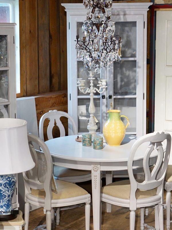 Runt bord matbord gustaviansk gustavianskt ilägg iläggsskiva grå grått 1700-tal 1800-tal vitrinskåp