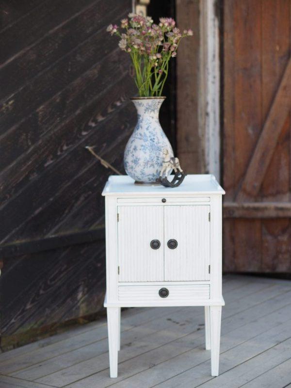 sängbord nattduksbord pottskåp kannelyr räfflat vitmålat vitt vit gustavianskt gustaviansk